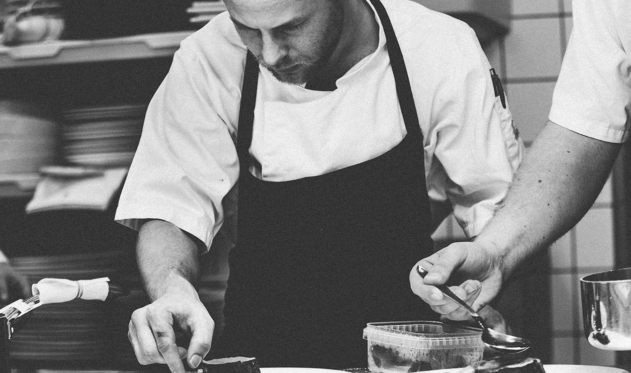 Cocinero de El Galeón realizando una técnica culinaria