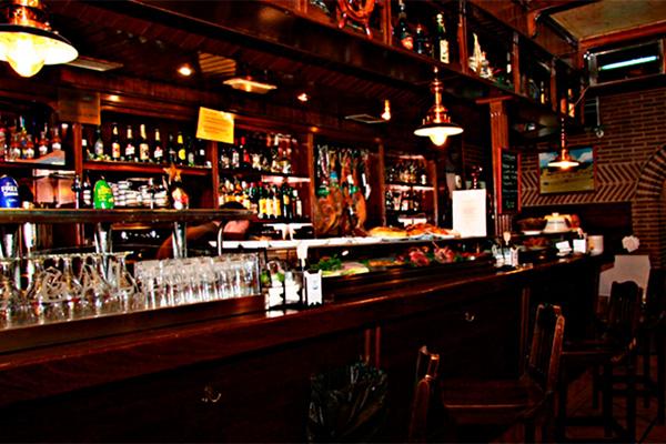 Barra del restaurante galeón de calle Dalia en Móstoles