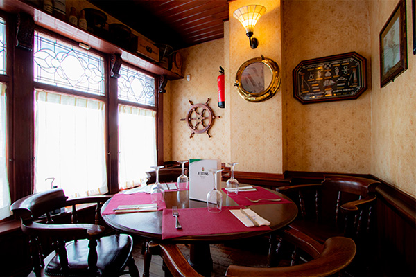 Mesa del comedor del restaurante El galeón en Calle Milán