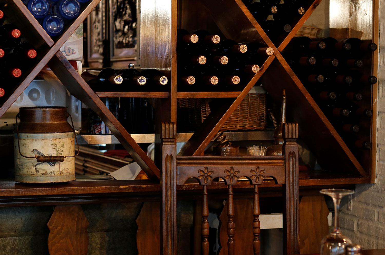 Vinacoteca del restaurante El galeón en la calle Dalia en Móstoles