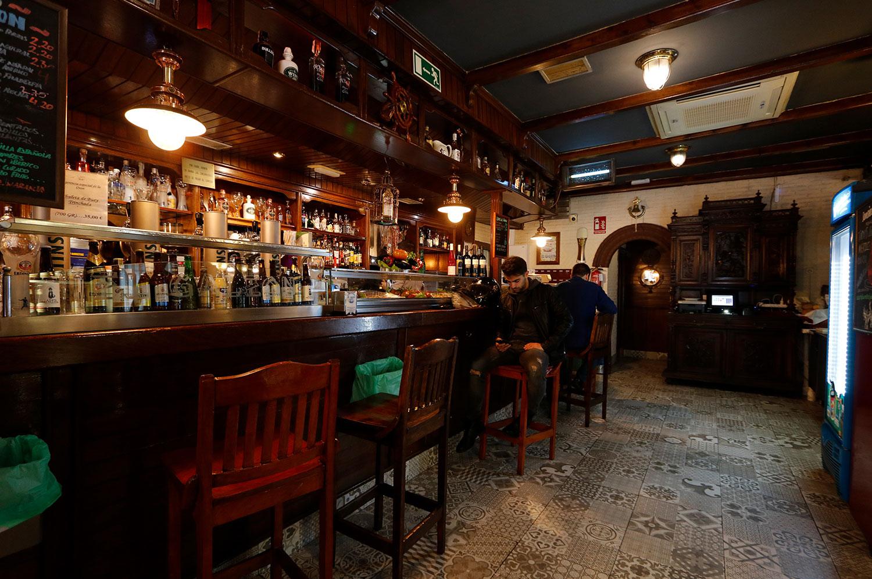 Barra del Restaurante El Galeón en su establecimiento en la calle Dalia en Móstoles