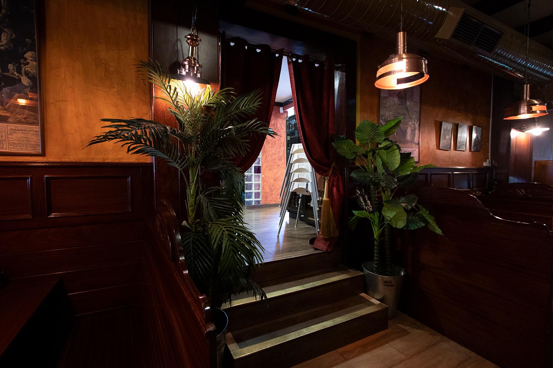 Entrada al restaurante el Galeón en calle Río Segura Móstoles