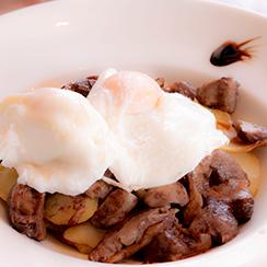 Huevos rotos con setas y patatas