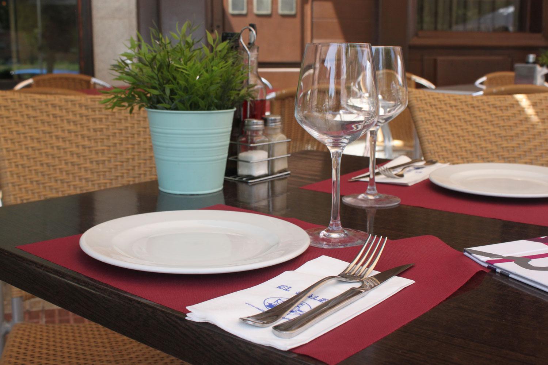 Mesa de terraza de verano de restaurante