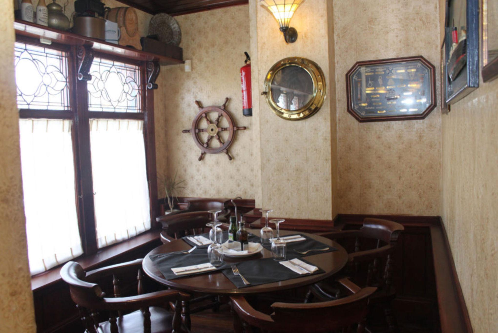 Mesa redonda en el restaurante El Galeón en Alcorcón