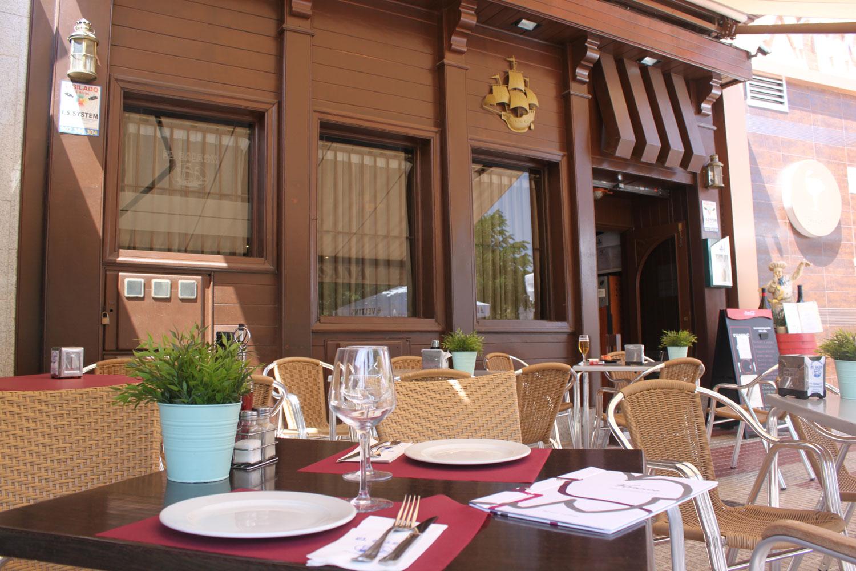 Perspectiva de la terraza de verano de el restaurante el Galeón en la calle río Segura en Móstoles